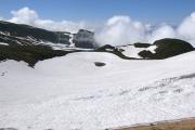 雪に埋もれる鳥海湖