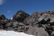 大きな岩をよじ登って