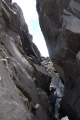 岩の隙間を通り抜ける
