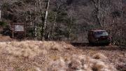 堰堤の前にある赤いミニバン