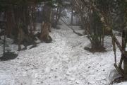日当たりの悪い尾根は深い雪