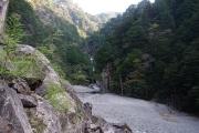 広い河原とその先に光滝