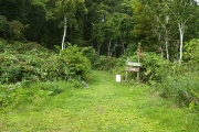 避難小屋の横から登山道へ