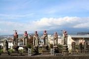 お地蔵さんの背後には富士山