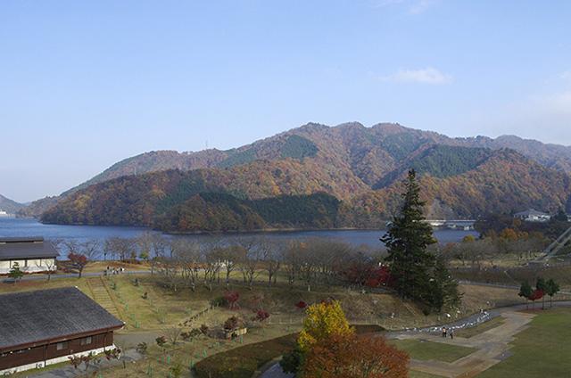 宮ヶ瀬湖畔も丁度紅葉の真っ盛り