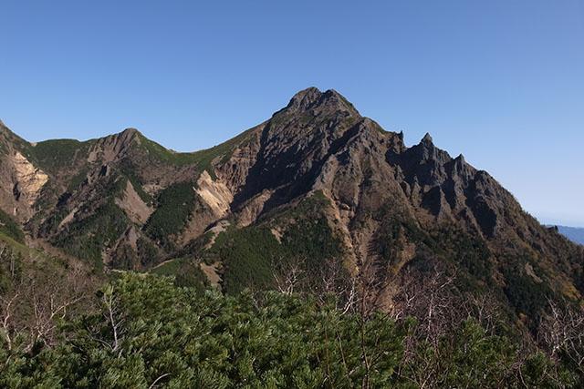 先鋭的な山容の赤岳