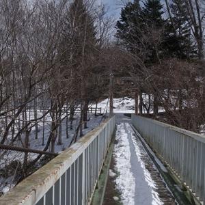 谷に掛かる吊り橋