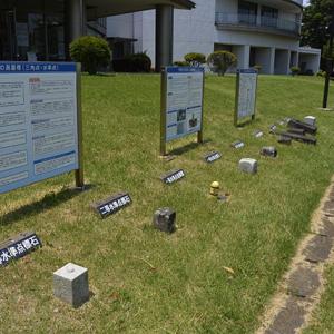水準点などの標石も並べて展示