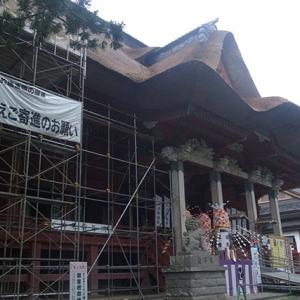 萱葺き屋根の葺き替え中