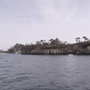穴の開いた小島
