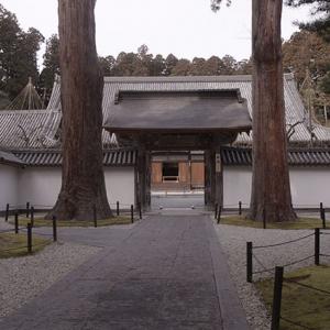 本堂前の山門