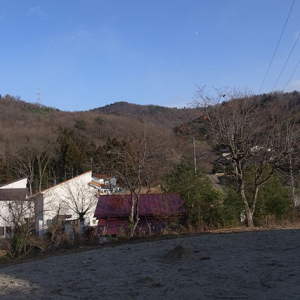 山の裾野一帯は住宅地
