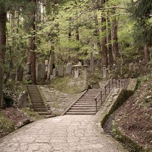 石の階段を昇っていく